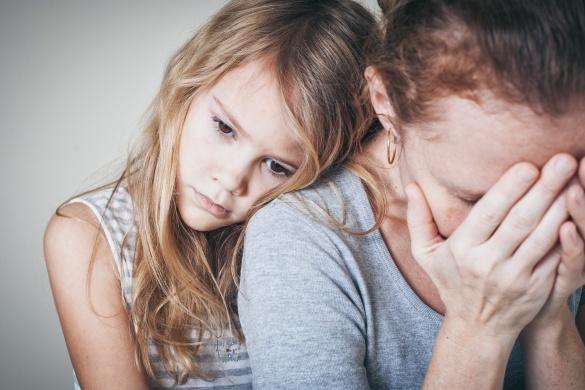 Kind tröstet Mutter